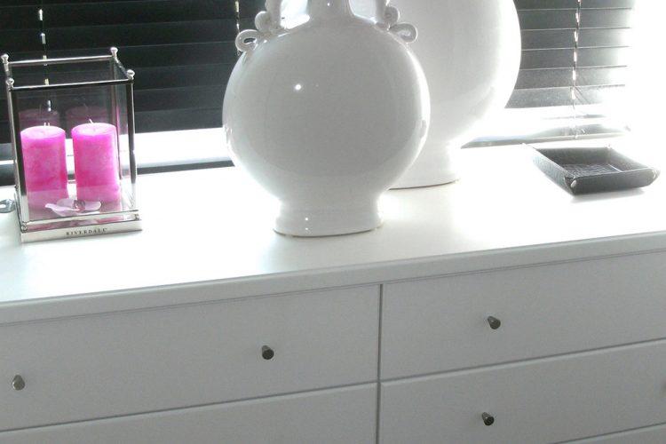 Holzjalousie-mit-Vasen