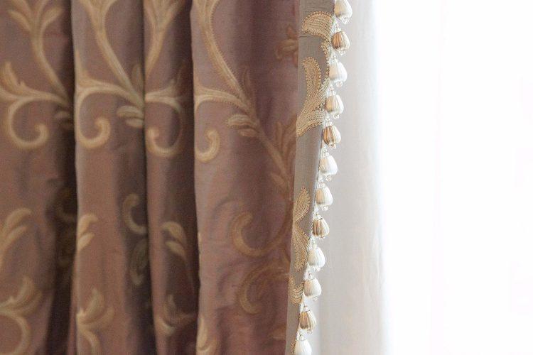 Seiden-Vorhang-mit-Possamenten